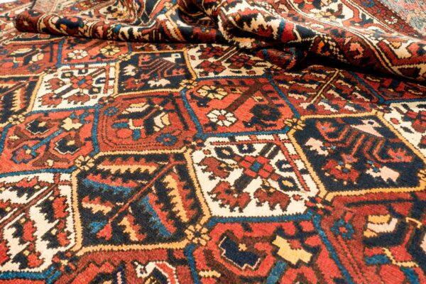 Tappeto persiano bakhtiary con disegni floreali all'interno di cubi quadrati